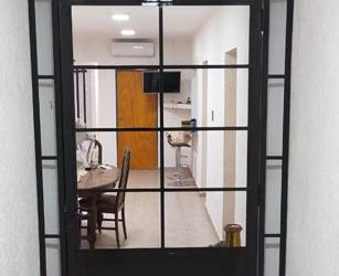 Puerta-de-hierro-con-vidrio-repartido